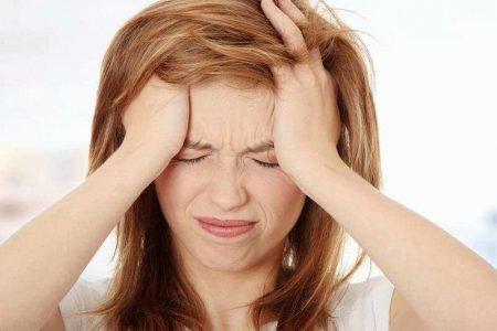 Приступ мигрени без ауры у женщины