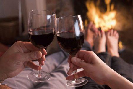 бокалы с вином камин