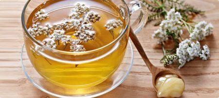 чашка с чаем и ложкой меда