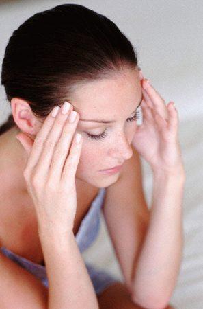 девушка делает себе точечный массаж головы