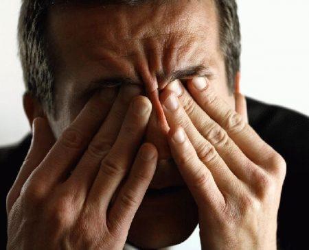 мужчина закрыл пальцами рук глаза