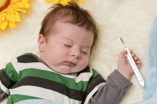 Ребенок спит с градусником