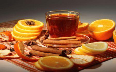 чашка чая с корицей лимоном и апельсином