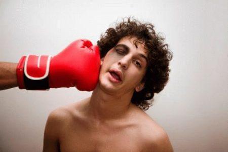 удар боксерской перчаткой по лицу парня