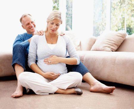 муж делает беременной жене массаж
