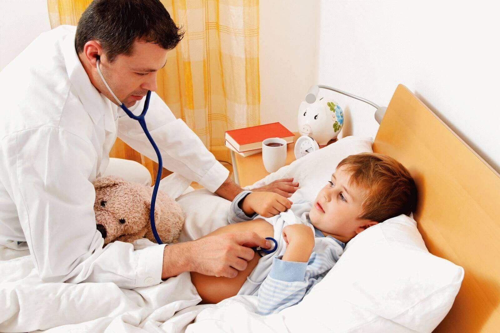 Врач слушает ребенка стетоскопом