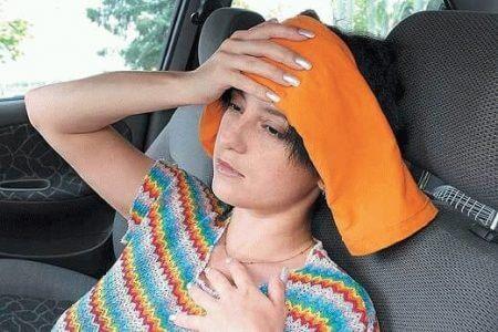девушка с компрессом на голове