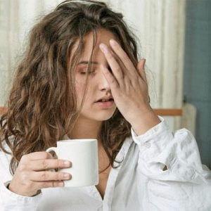 девушка с чашкой в халате