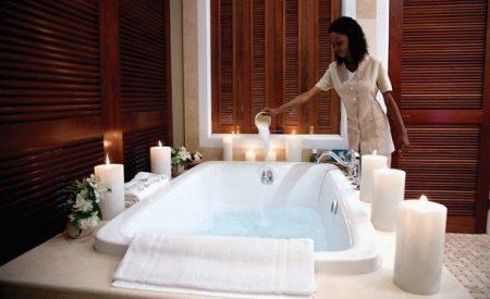 девушка подготавливает ванну