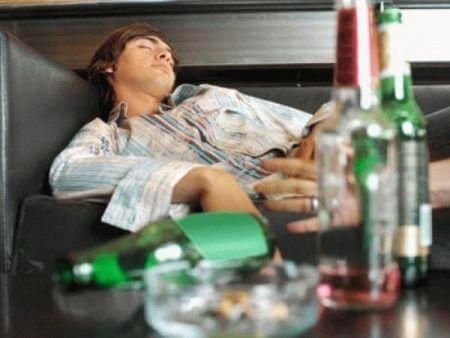 пустые бутылки и спящий мужчина