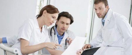 три врача обсуждают лечение