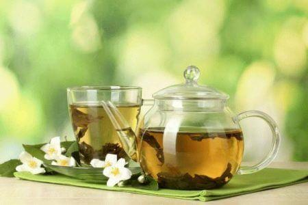 чашка с чаем и заварник с чаем
