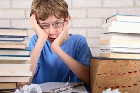 подросток среди книг