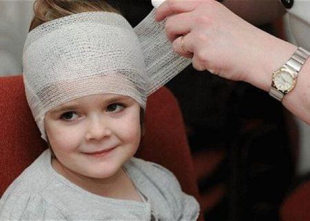 маленькой девочке делают перевязку головы
