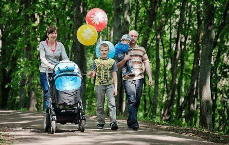 Прогулка семьи в парке
