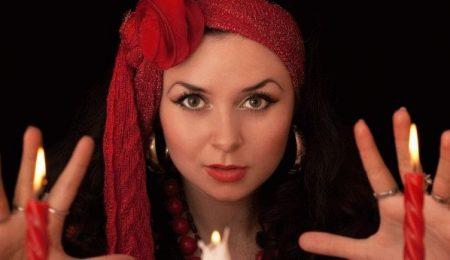 Девушка в красной повязке перед зажженной свечей