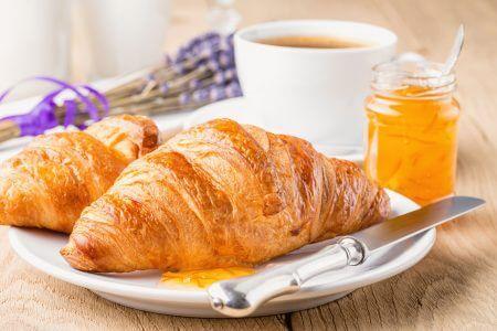 Круассан с медом и чаем