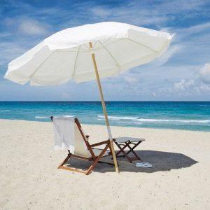 Лежак с зонтом на пляже