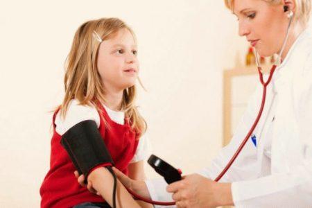 доктор измеряет давление у девочки