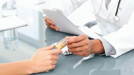 доктор выдает таблетки пациенту по рецепту