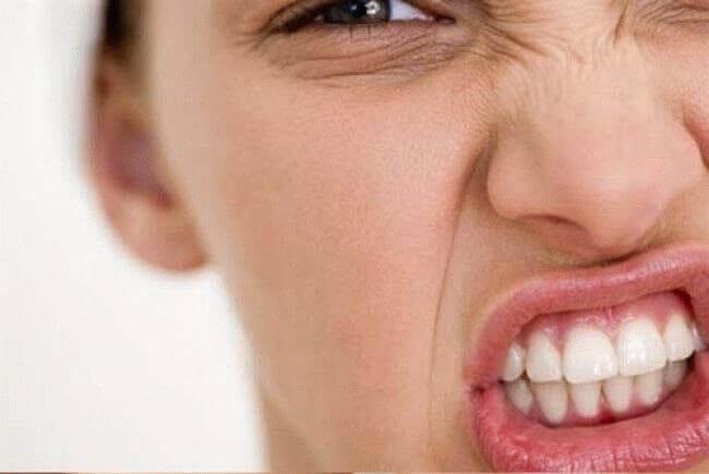 Пол лица девушки выражающее боль