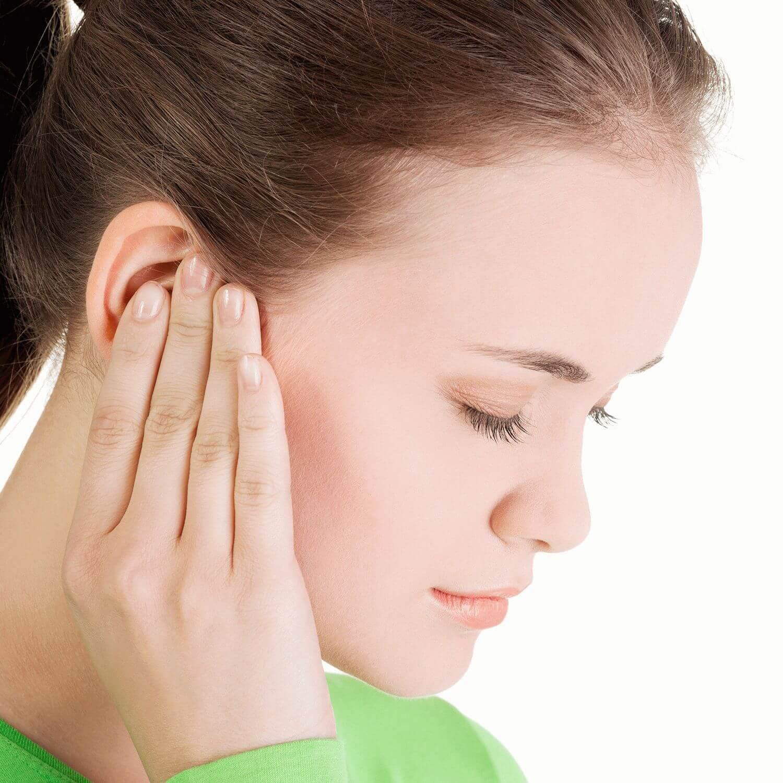 Фото девушки в профиль держащейся за ухо