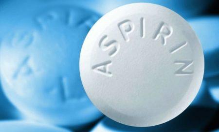 белая таблетка с надписью на английском аспирин