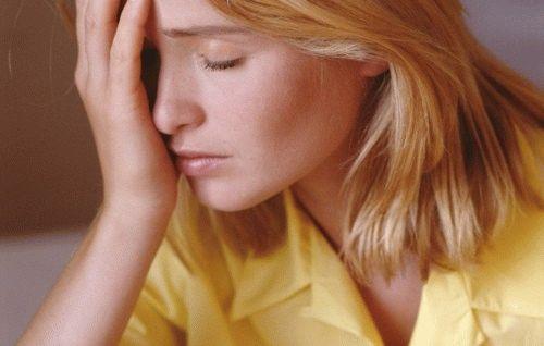 девушка в желтой рубашке прикрыла лицо ладонью