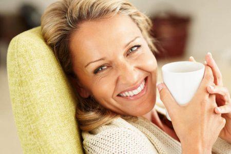женщина в позе лежа с чашечкой чая