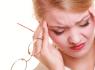 Сдавливает голову: причины, сопутствующие симптомы