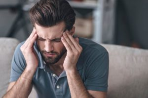 Мигрень у мужчин: причины, симптомы, лечение