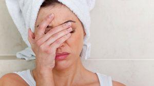 Болит голова после купания: причины и механизм развития симптома