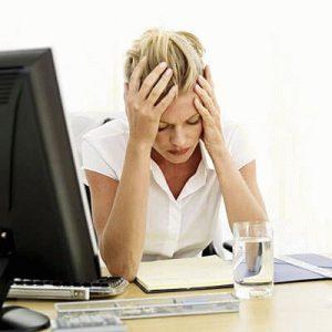 Головная боль у женщины за компьютером