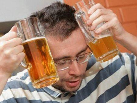 мужчина с бокалами пива