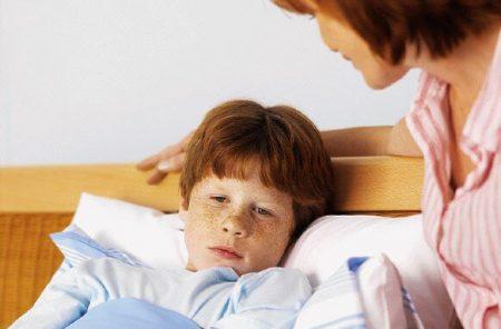 мальчик заболел и лежит в кровате