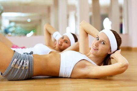 девушки занимаются фитнесом