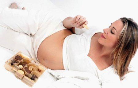 беременная с коробкой печенья