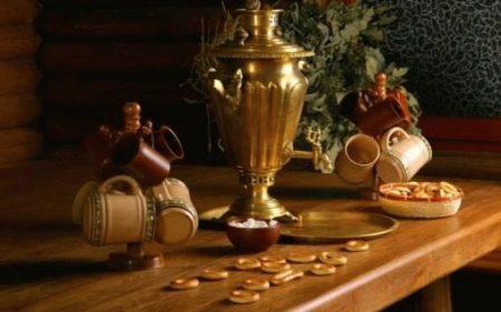 на столе самовар с чашками и баранками