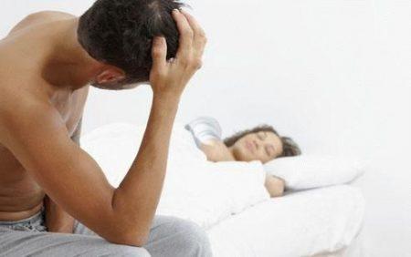 мужчина смотрит на спящую девушку
