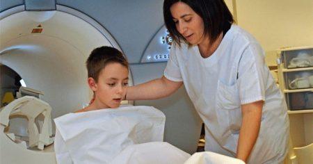мальчик после МРТ