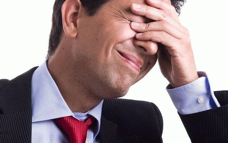 У мужчины болит лоб и глаза