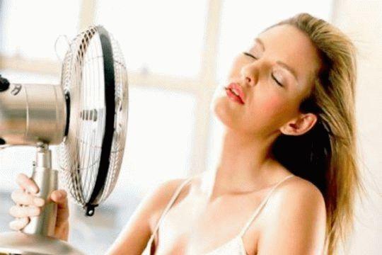 женщина возле вентилятора