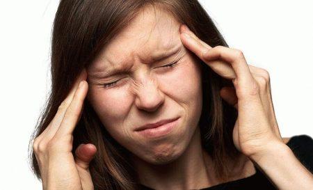 у девушки сильная головная боль