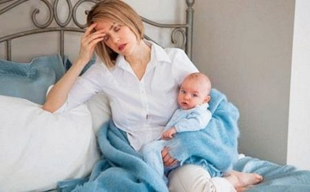 мама с ребенком сидит на кровате