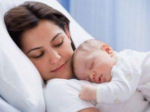мама спит с младенцем