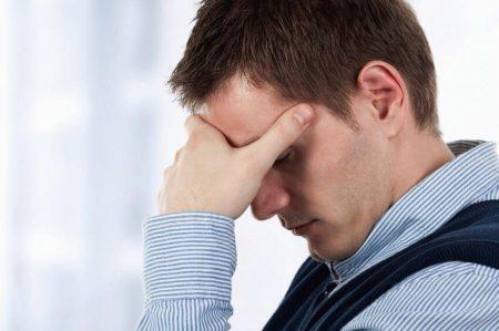 болит голова у мужчины