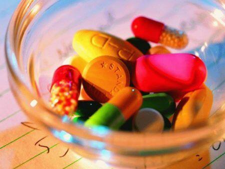 разные таблетки в стакане