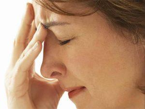 Фото женщины в профиль которая держится пальцами за лоб