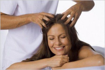 женщине делают массаж головы
