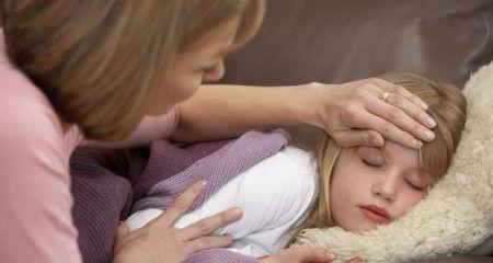 ребенок спит мама трогает лоб
